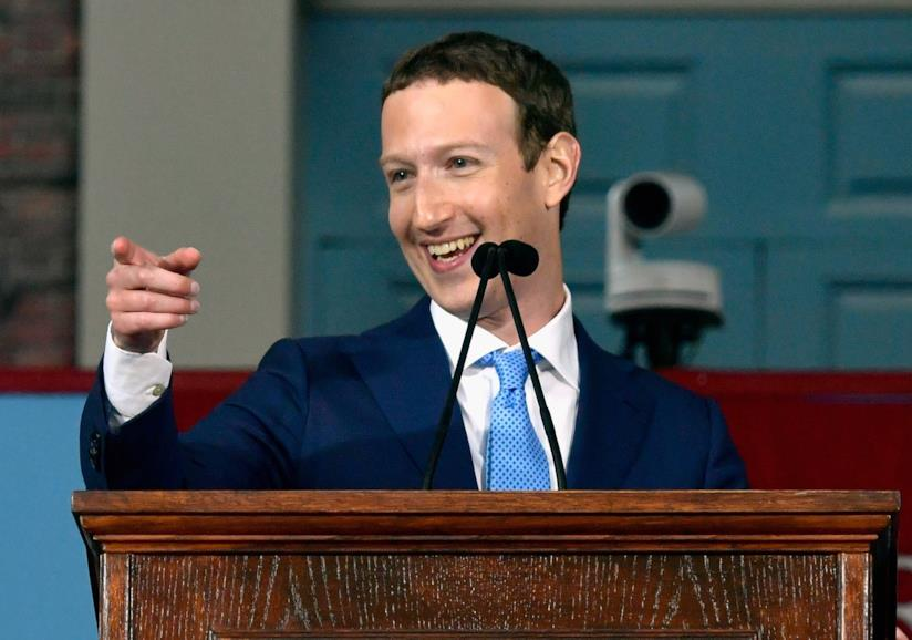 Mark Zuckerberg parla al microfono in un luogo pubblico