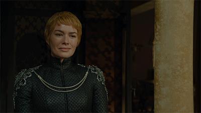 Cersei Lannister sogghigna e beve una coppa di vino