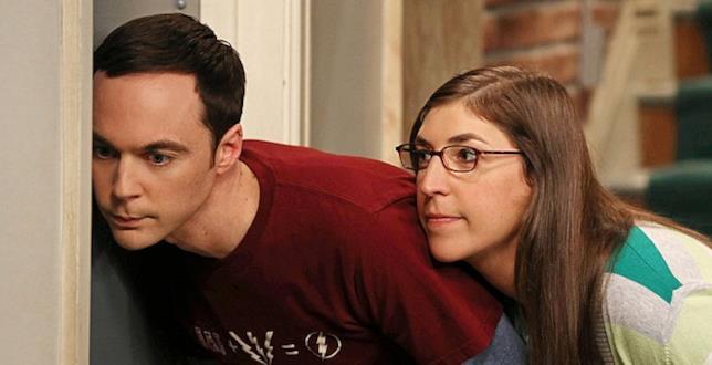 Sheldon e Amy origliano alla porta