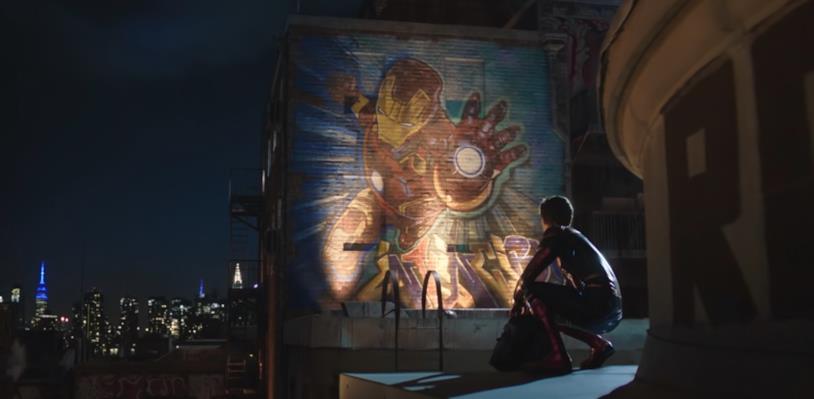 Peter guarda il murale a New York dedicato ad Iron Man in una scena di Spider-Man: Far From Home