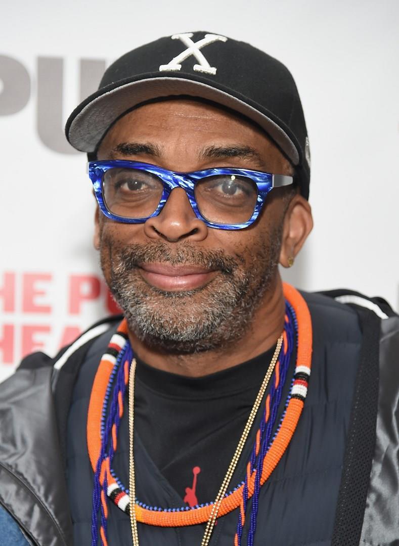 Un primo piano del regista afroamericano Spike Lee, che indossa un paio di occhiali marmorizzati sui toni del blu