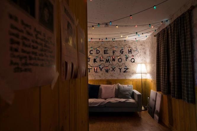 Il divano e la parete con le lettere dell'alfabeto viste in Stranger Things