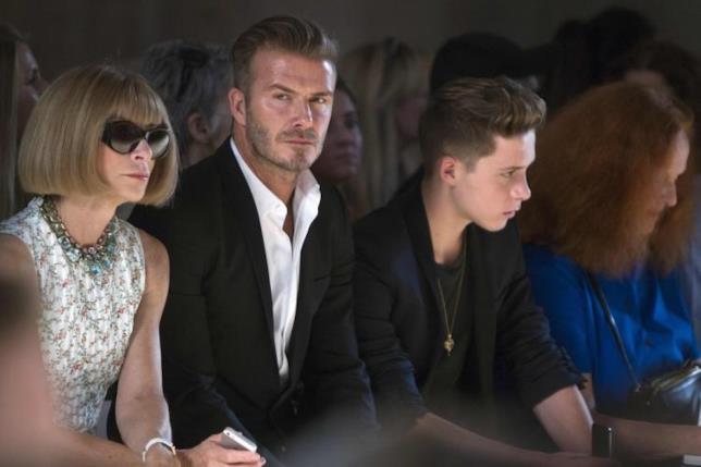 Brooklyn Beckham alla sfilata di Victoria con il padre David e Anna Wintour