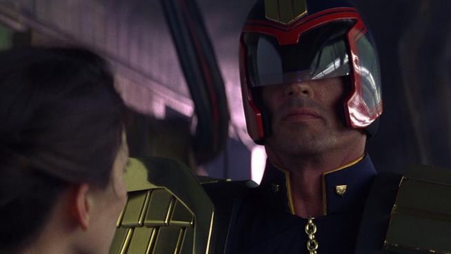 Sylvester Stallone è il giudice Dredd in una scena del film