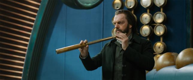 Hugo Weaving interpreta il villain Thaddeus Valentine