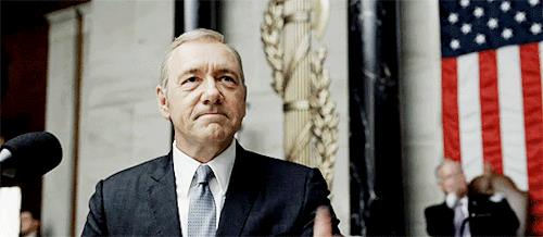 GIF di House of Cards con Kevin Spacey che saluta