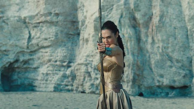 Diana Prince scaglia una freccia in Wonder Woman
