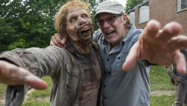Un vagante e Greg Nicotero a braccetto sul set di The Walking Dead