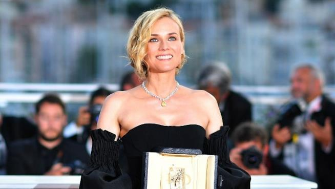 Una raggiante Diane Kruger fotografata con il premio ricevuto al Festival di Cannes