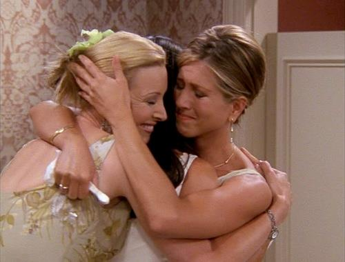 Abbraccio tra Monica, Rachel e Phoebe