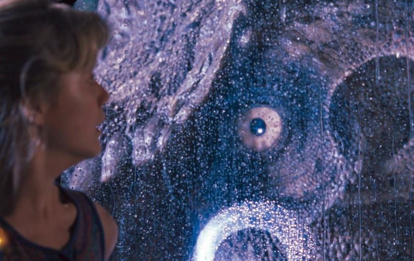 L'occhio del T-Rex in una scena da brividi del primo Jurassic Park