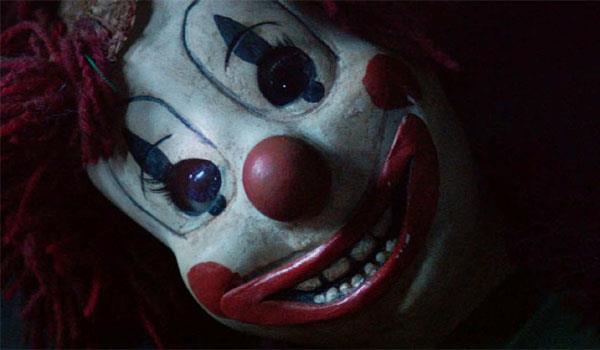 Primo piano della bambola clown in Poltergeist