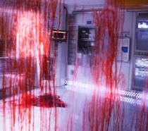 La sala operatoria della Covenant imbrattata di sangue
