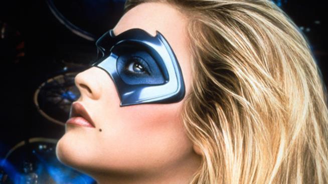 Alicia Silverstone con la maschera di Batgirl