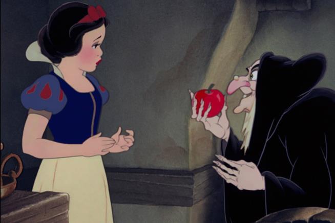 Biancaneve e Grimilde in una scena del film d'animazione