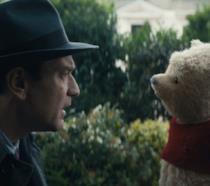 Ewan McGregor con l'orsacchiotto Winnie the Pooh in una scena di Christopher Robin