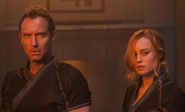 Jude Law e Brie Larson in una sequenza di Captain Marvel