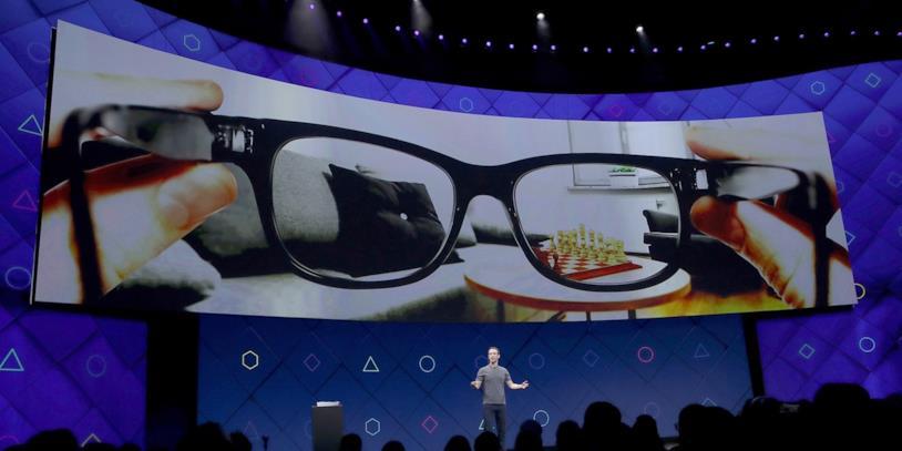 Mark Zuckerberg mostra un concept dei Facebook Glass