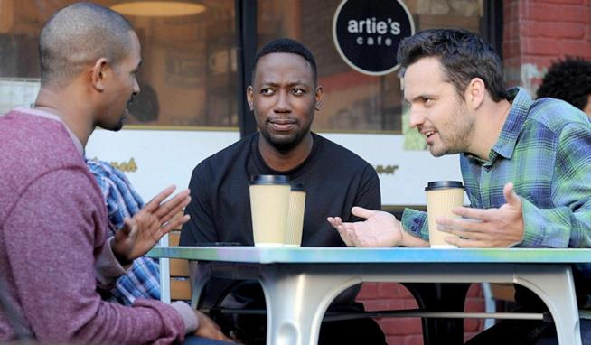 Tre dei personaggi di New Girl, Nick, Coach e Wilson, seduti a prendere un caffè