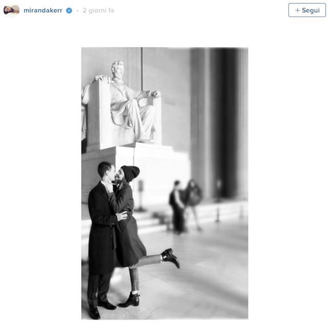 Miranda Kerr bacia Evan Spiegel