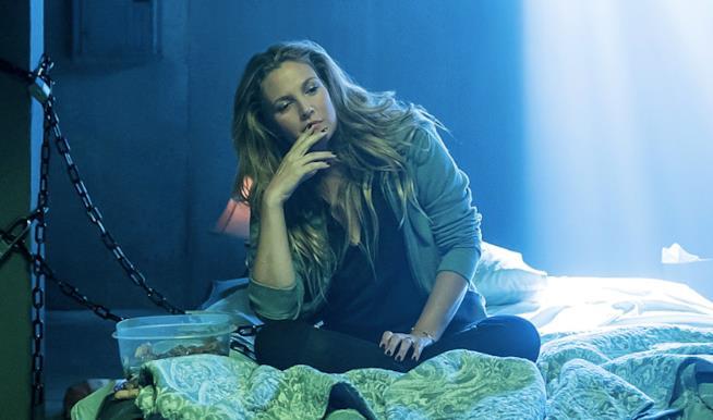 Un primo piano di Drew Barrymore seduta sul letto