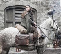 Arya Stark in sella al suo cavallo