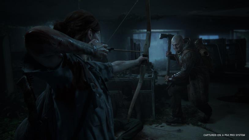 Ellie in azione arco alla mano in The Last of Us - Part II