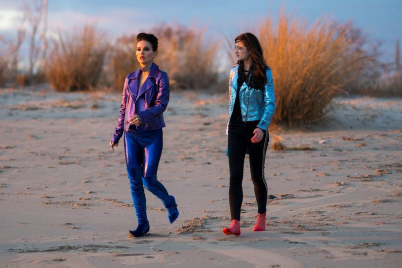 Natalie Portman e Raffey Cassidy in spiaggia in una scena di Vox Lux