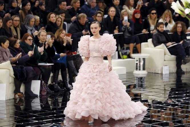 L'abito rosa da sposa di Lily-Rose Depp