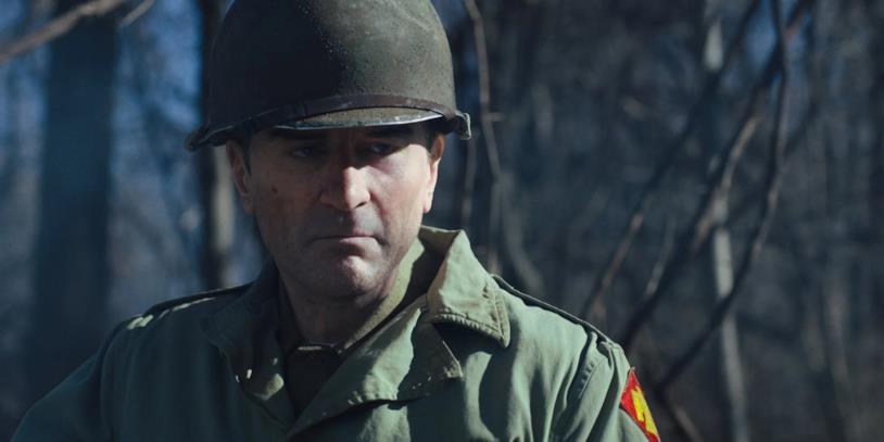 Un primo piano di Robert De Niro in una scena del film The Irishman