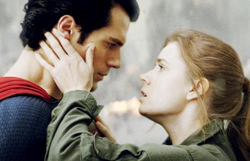 Henry Cavill e Amy Adams sono Superman/Clark Kent e Lois Lane nel film del 2013