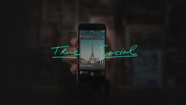 Fermo immagine che mostra uno smartphone e la scritta True Social tratto dallo spot di Vero