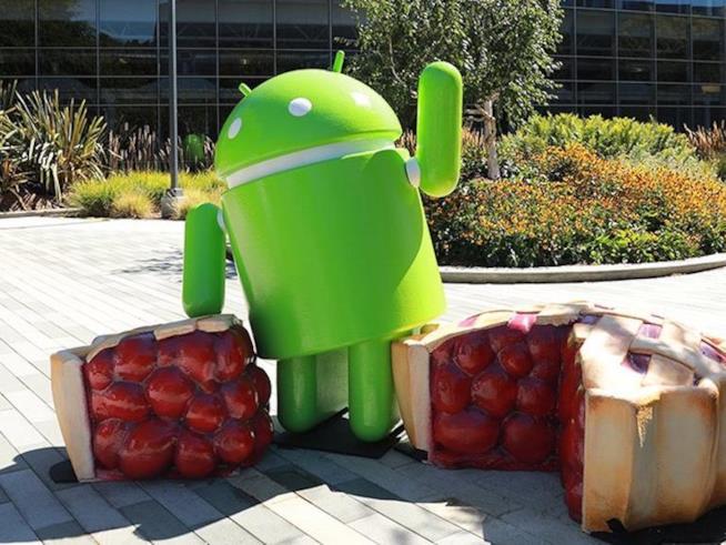 Foto promozionale del robottino verde Android per l'aggiornamento 9.0 Pie