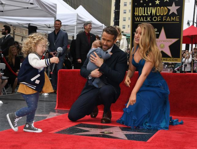 Una tenera immagine di Ryan Reynolds, Blake Lively e le loro figlie sulla Walk of Fame