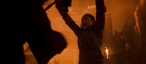 Maisie Williams combatte in Game of Thrones 8x03