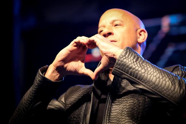 Vin Diesel saluta i fan