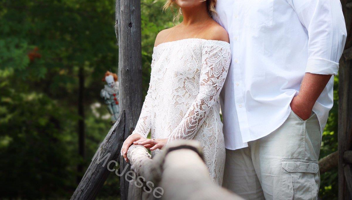 Foto del fidanzamento, Pennywise sbuca da dietro un albero