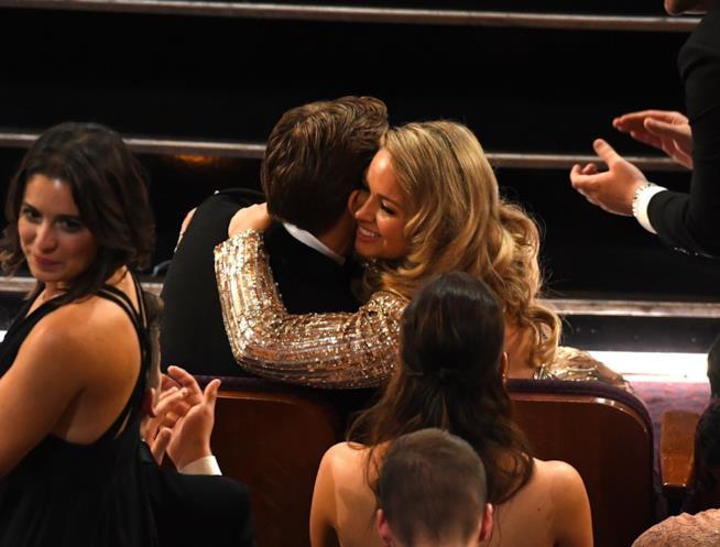 L'abbraccio tra Ryan Gosling e la sua bionda accompagnatrice