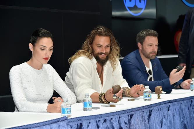 Il cast di Justice League firma autografi al SDCC 2017