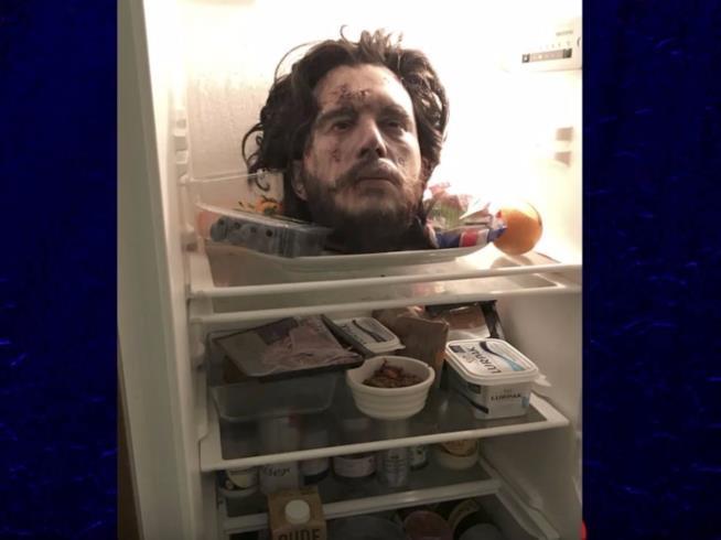 La testa mozzata di Kit Harington nel frigo