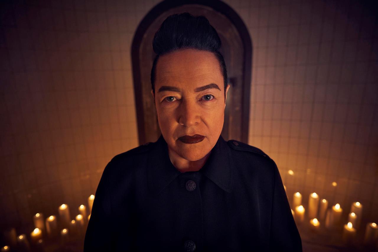 Kathy Bates in un'immagine promozionale di American Horror Story: Apocalypse