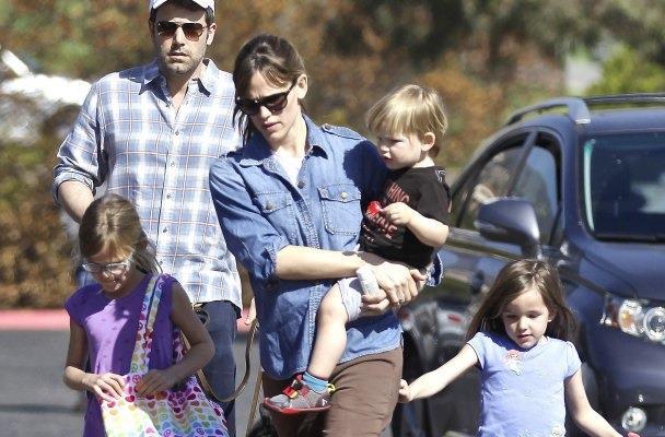 Primo piano di Ben Affleck, Jennifer Garner e i tre figli
