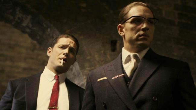 Tom Hardy nel ruolo dei fratelli Kray in una scena del film