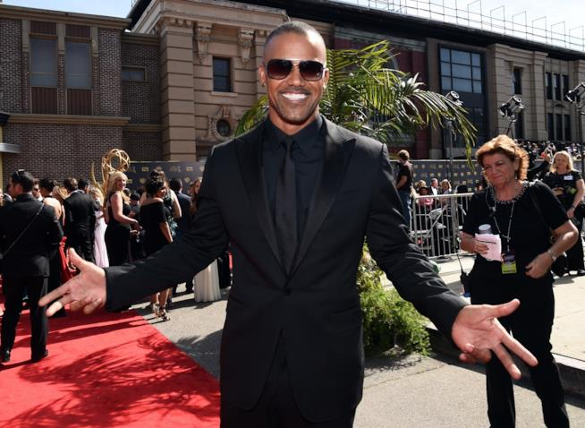 Shemar Moore sorridente in smoking nero