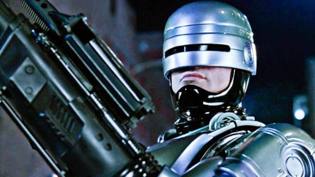RoboCop armato di fucile è pronto all'azione