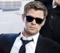 Un primo piano di Chris Hemsworth nel poster di Men in Black: International