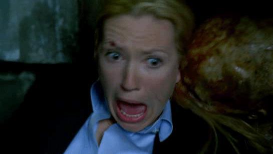 Anna Torv in una scena della serie TV Fringe