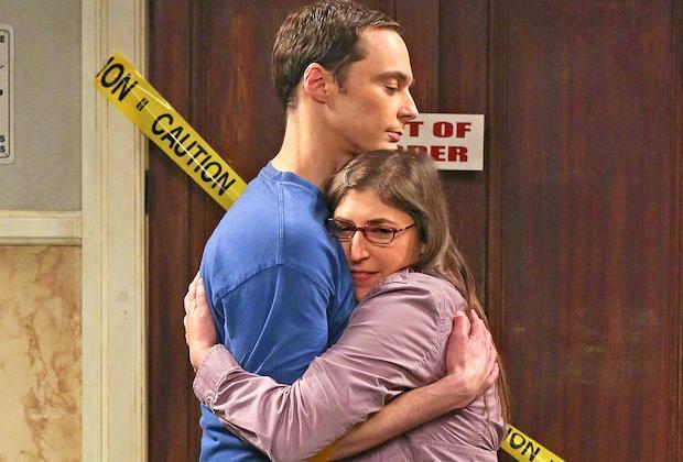 Sheldon e Amy si abbracciano