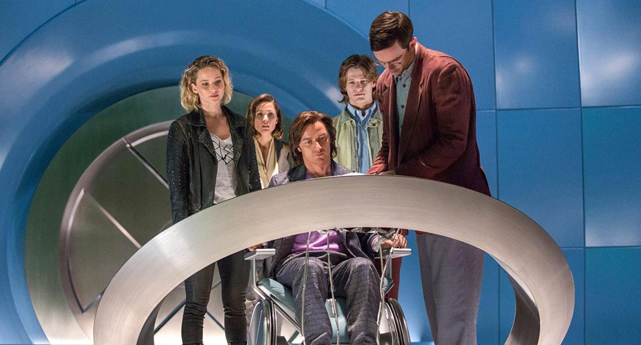 Il Professor X, con alcuni studenti, all'interno di Cerebro