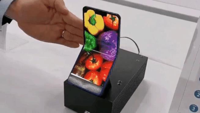 Il prototipo dello smartphone pieghevole di Sharp in una GIF